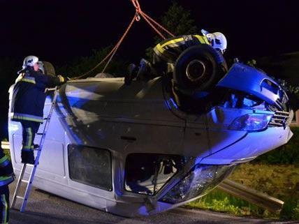 Die Lenkerin konnte sich nach dem Unfall aus dem Kleinbus befreien, der später mittels Kran aus dem Bachbett geborgen wurde.
