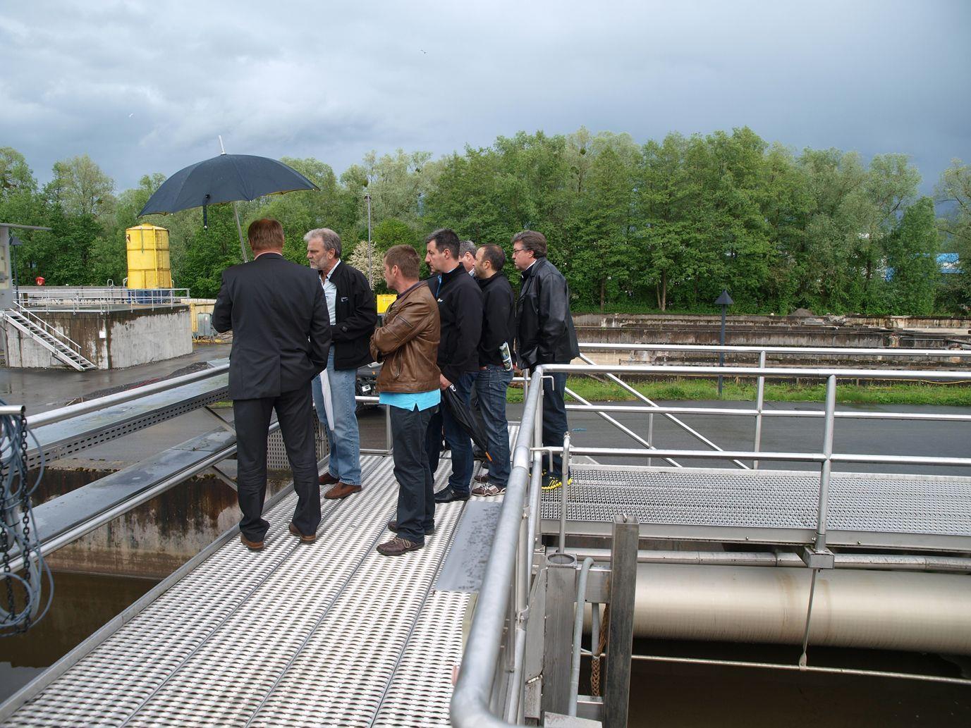 Die interessierten Gemeindevertreter besichtigen die ARA-Baustelle.