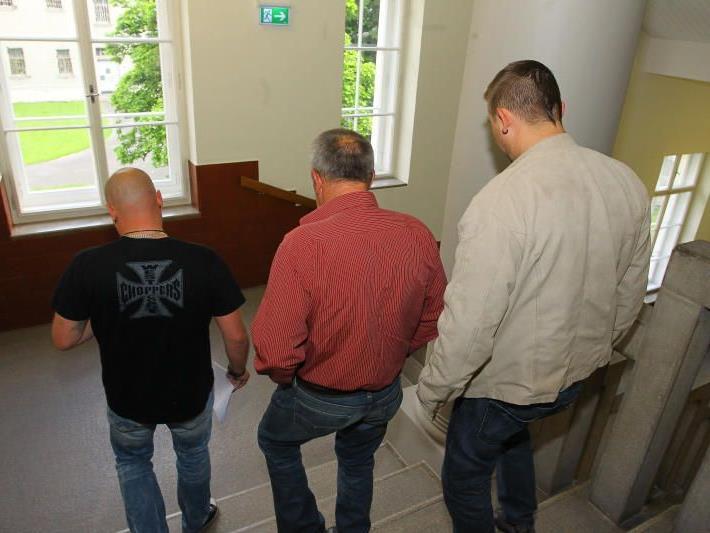 Zwei Beamte führten den Familienvater aus dem Verhandlungssaal direkt in die Justizanstalt.