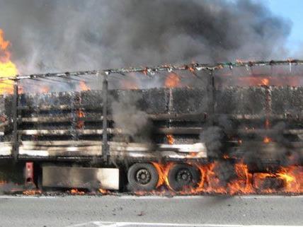 Die Ursache für den Lkw-Brand ist derzeit noch unklar.