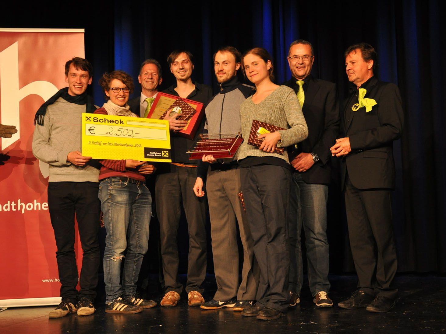 Johannes Everard (links) und seine Mitspielenden mit Bürgermeister Richard Amann (3. v.li), Kulturstadtrat Günter Linder (2.v.re) und Präsident Günter Bucher (ganz rechts).