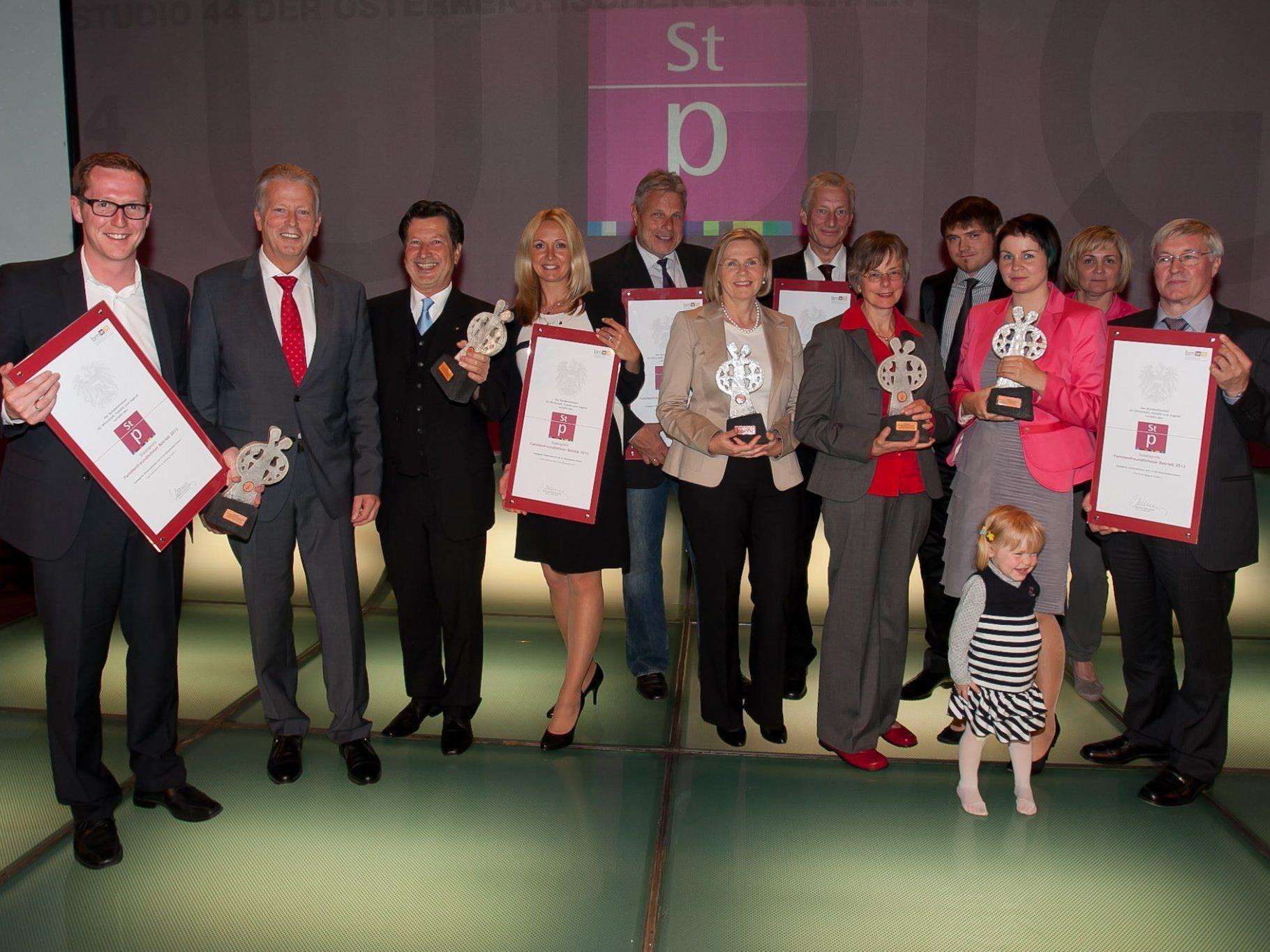 Wirtschafts- und Familienminister Reinhold Mitterlehner mit den Vertreterinnen und Vertretern aller Staatspreis-Gewinner.
