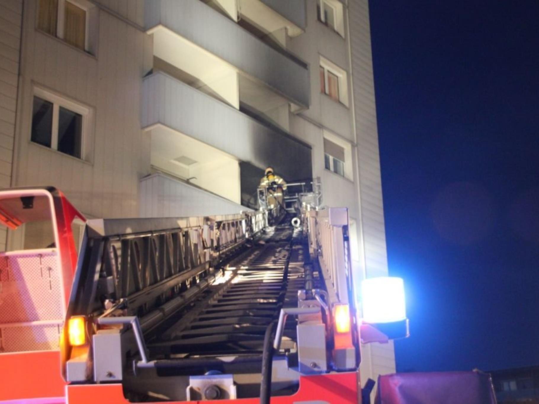 Die Einsatzkräfte brachen die Tür der betroffenen Wohnung auf und fanden im Inneren die leblose Frau auf einem Sofa.