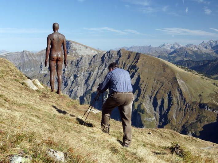 """Wer die Eisenmänner von """"Horizon Field"""" noch fotografieren will, der muss sich bald auf die Socken machen."""