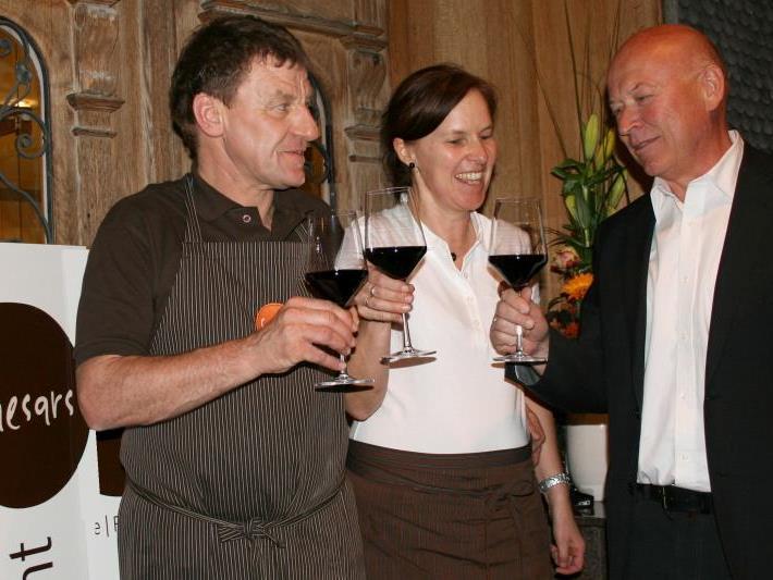 Bürgermeister Reinhard Dür heißt seinen ehemaligen Schulkollegen Cäsar mit Gattin Brigitte im Café willkommen.