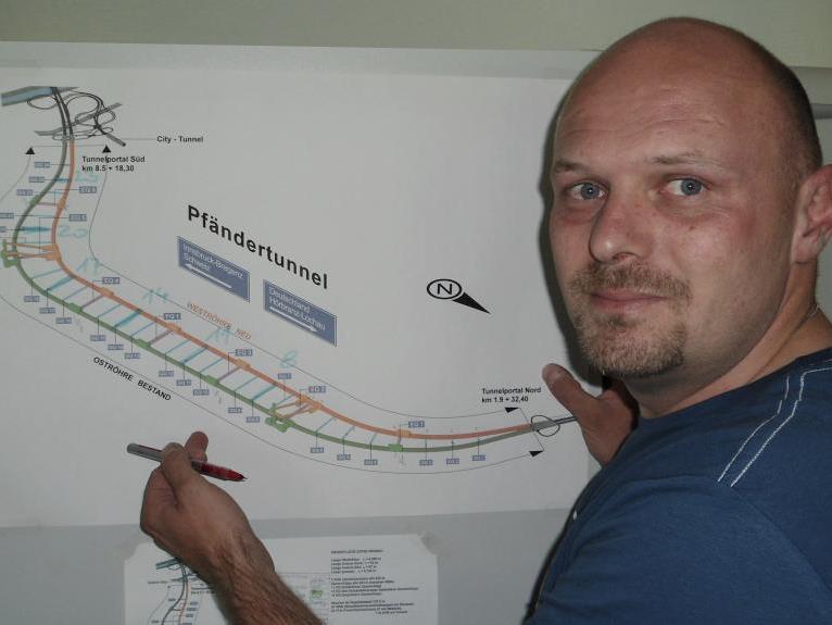 Anhand des schematischen Plans erläutert Bauleiter Steinhauser im VN-Gespräch den Stand der Dinge und die weiteren Schritte.
