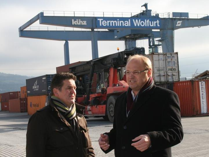"""In den Verhandlungen um die """"Flächenwünsche"""" der ÖBB müssen sich die Bürgermeister Natter und Rhomberg nicht nur bildlich """"warm anziehen""""."""