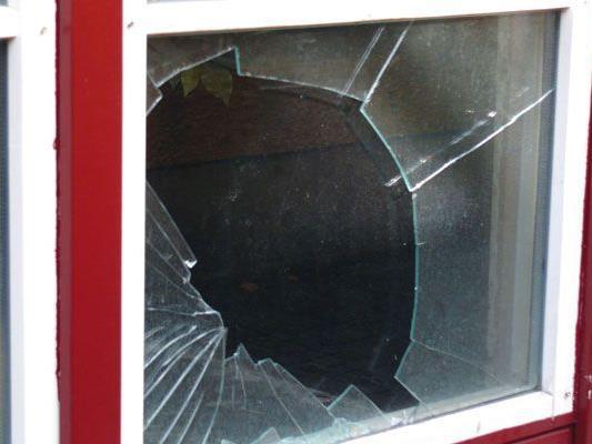 Unbekannte Täter beschädigten zahlreiche Verglasungen.