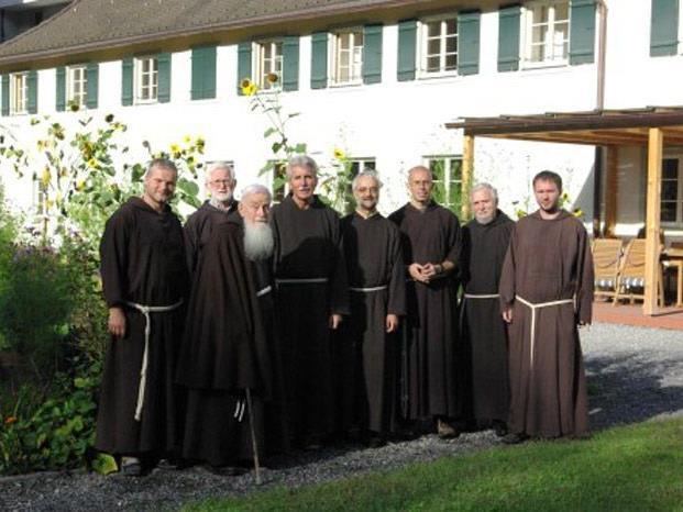 Die Feldkircher Kapuzinerbrüder im Klostergarten mit Bruder Guardian Franz (4. von rechts)