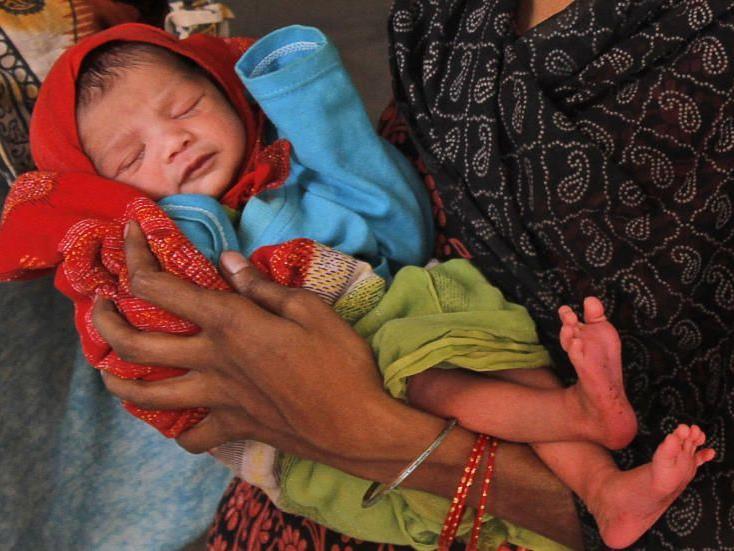 Indisches Baby sollte auf Anweisung von Guru lebendig begraben werden.