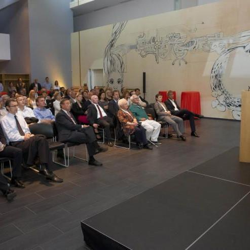 Politiker und Wirtschaftstreibende als aufmerksame Zuhörer im Competence Center Rheintal.