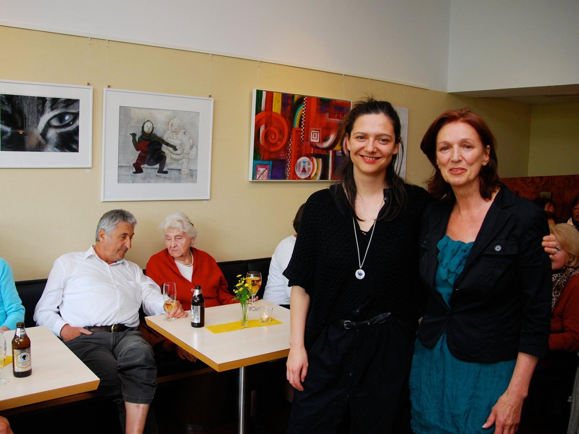 Karoline mit Mama und Künstlerin Antonia Wolff.
