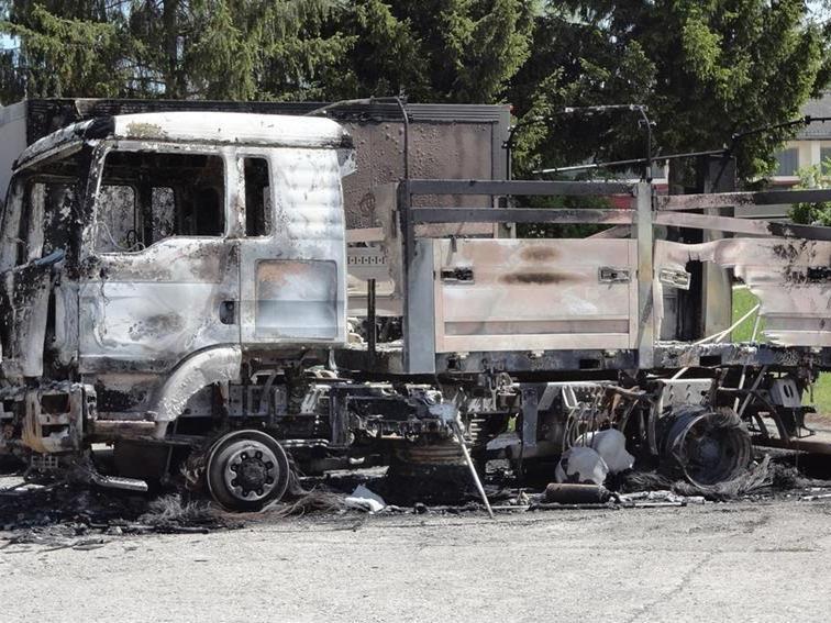 Die Staatsanwaltschaft prüfe nun, ob der mutmaßliche Täter bei dem Brandanschlag Mithelfer gehabt habe.
