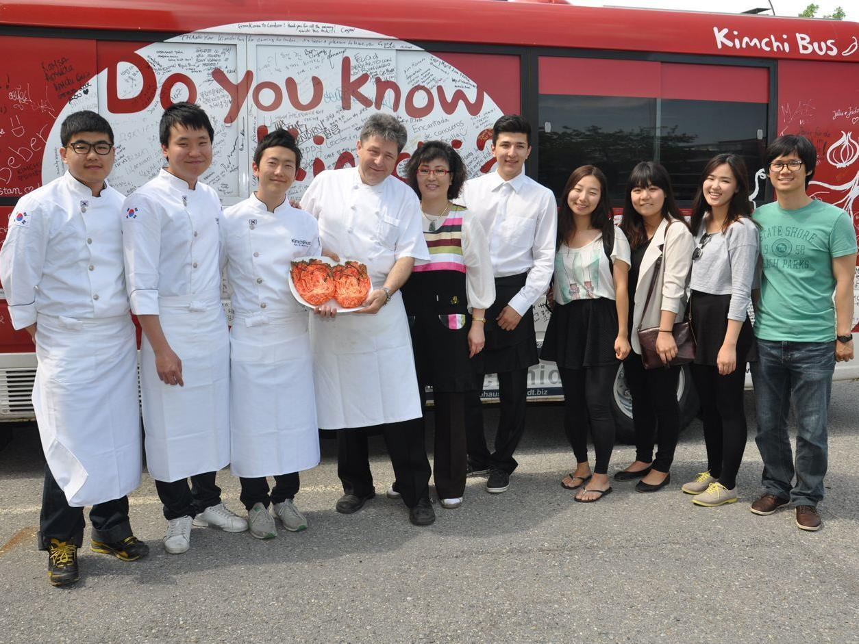 Die drei koreanischen Studenten mit dem Ehepaar Müller und FH-Studenten vor dem Kimchibus.