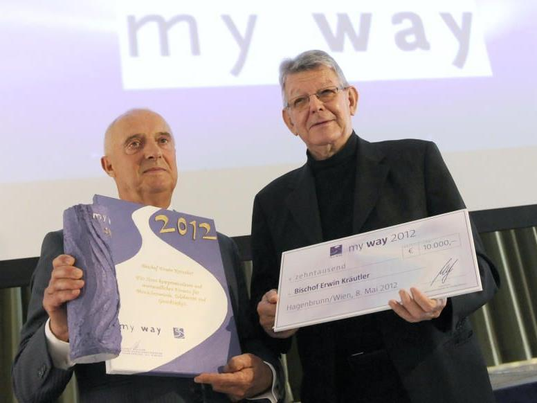 """Erwin Kräutler (r.) ist am Dienstag in Hagenbrunn von Bürgermeister Ernst Fischer mit dem """"my way""""-Preis 2012 ausgezeichnet worden."""