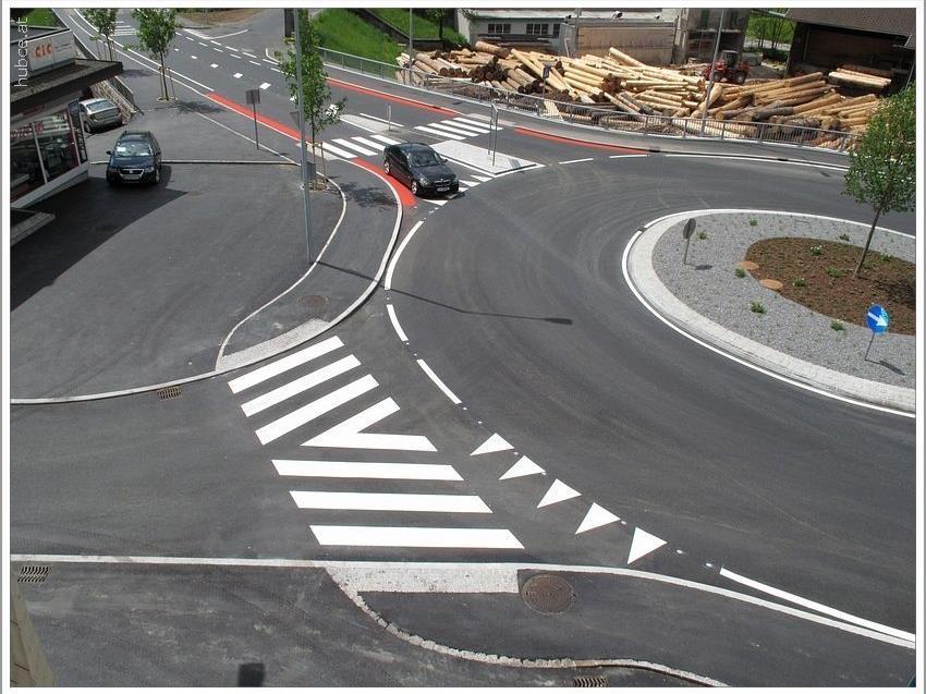 Kreisverkehr fertig asphaliert, markiert und bepflanzt