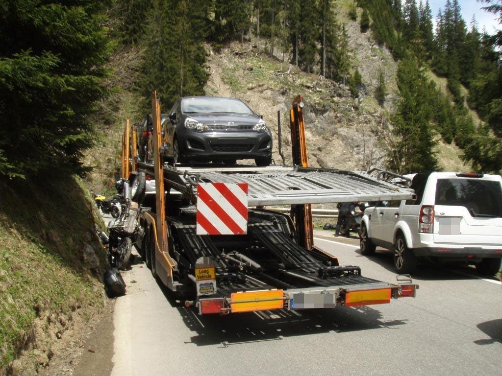 Schwerer Motorradunfall zwischen Lech und Warth forderte einen Verletzten.