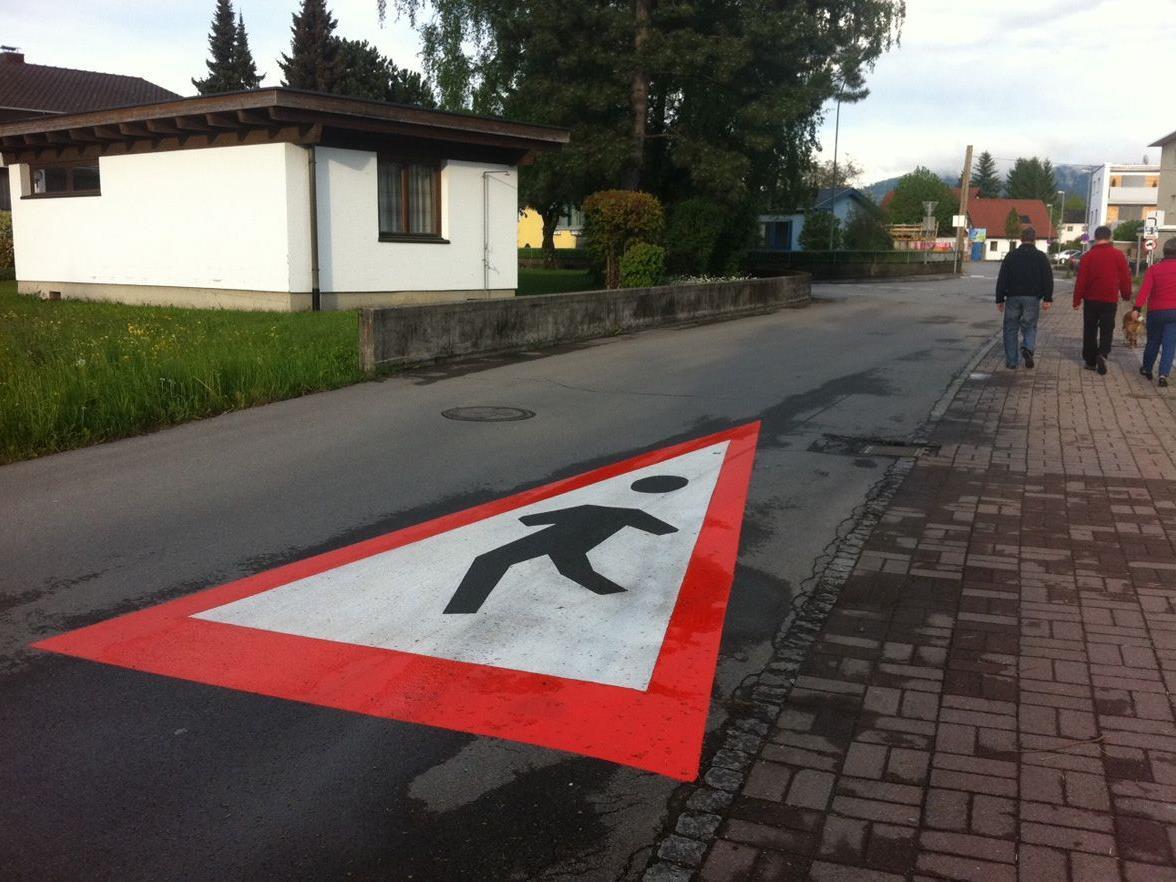 Neue Bodenmarkierungen (KG Eicheleweg) sorgen für erhöhte Aufmerksamkeit für kleine Fußgänger.