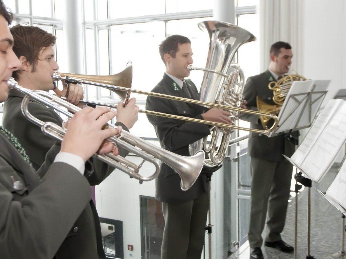 Militärmusik spielte im Festspielhaus auf.
