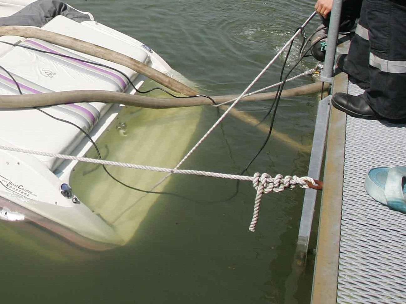 Schmiermittel aus Motorboot ausgelaufen.