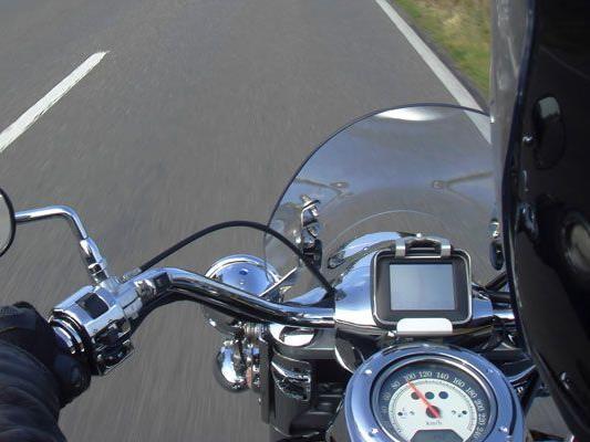 Motorrad schlitterte ohne den Lenker gegen Pkw.