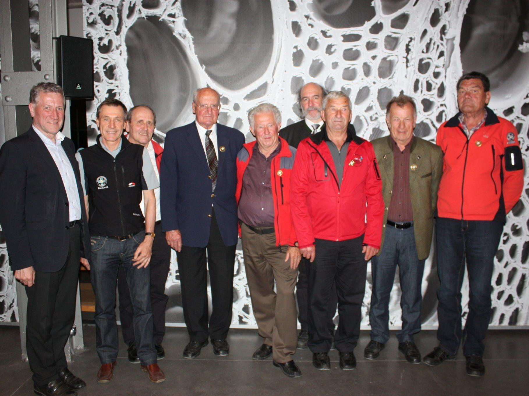 Ehrung für langjährige Mitgliedschaften und besondere Verdienste: LR Erich Schwärzler und Landesleiter Gebhard Barbisch mit den Geehrten