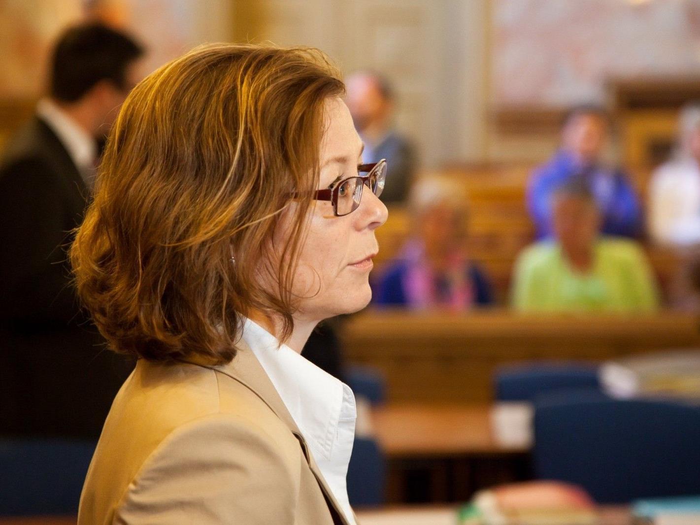 Eine Richterin auf der Anklagebank.