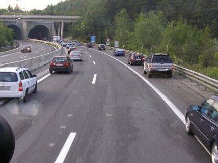 Die Rettungsgasse auf der A2 vom Beifahrersitz des Feuerwehrautos aus gesehen.