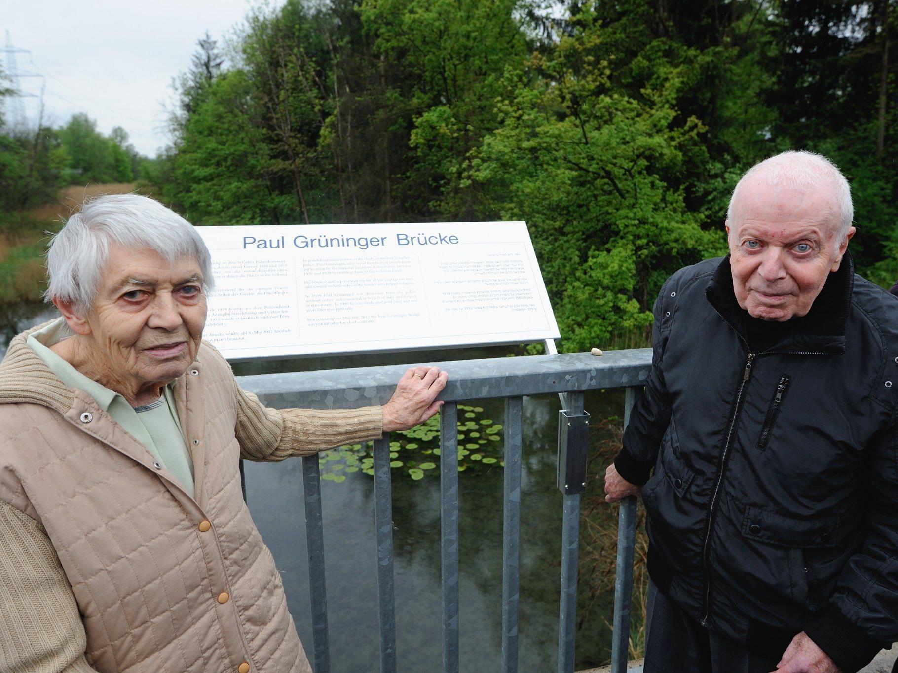 Ruth Roduner-Grüninger und Robert Kreutner enthüllten die Gedenktafel.