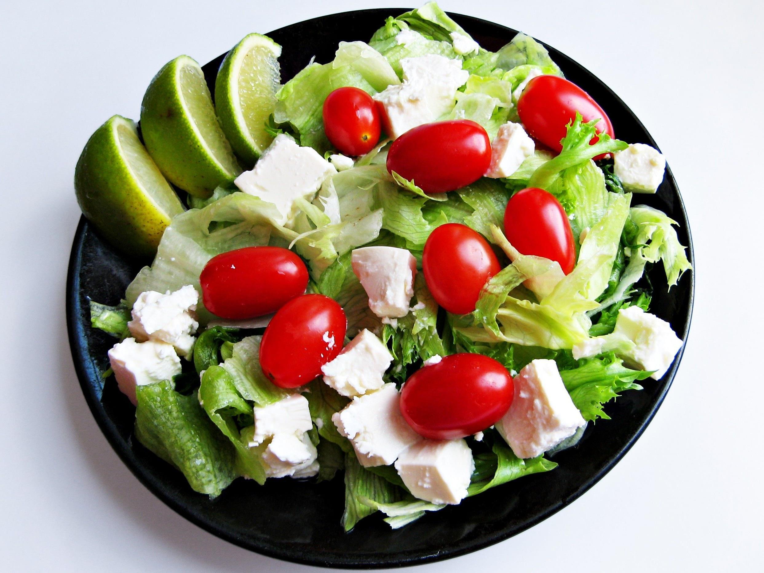 Statt dem Griff zum Fertigprodukt rät die AK zu frischem Salat.