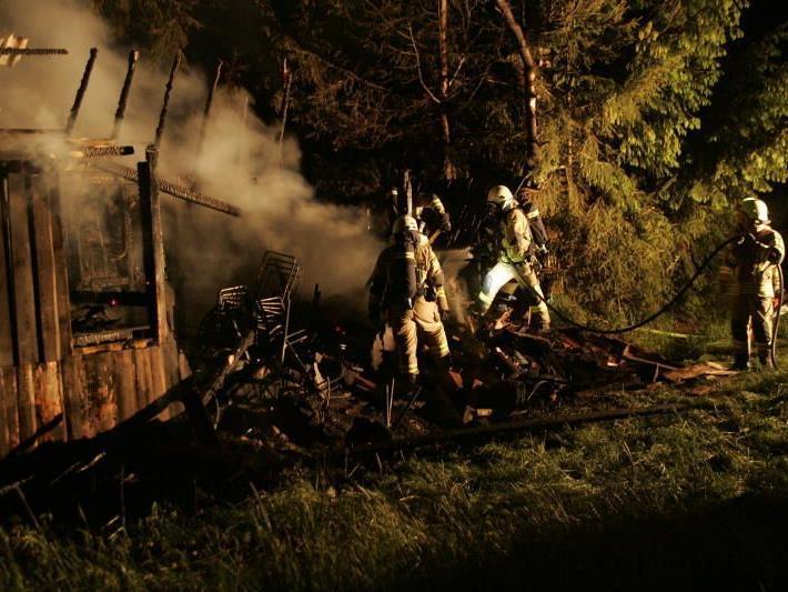 Bei einem Brand in Wolfurt stellte eine Propangasflasche die Feuerwehr vor eine Herausforderung.