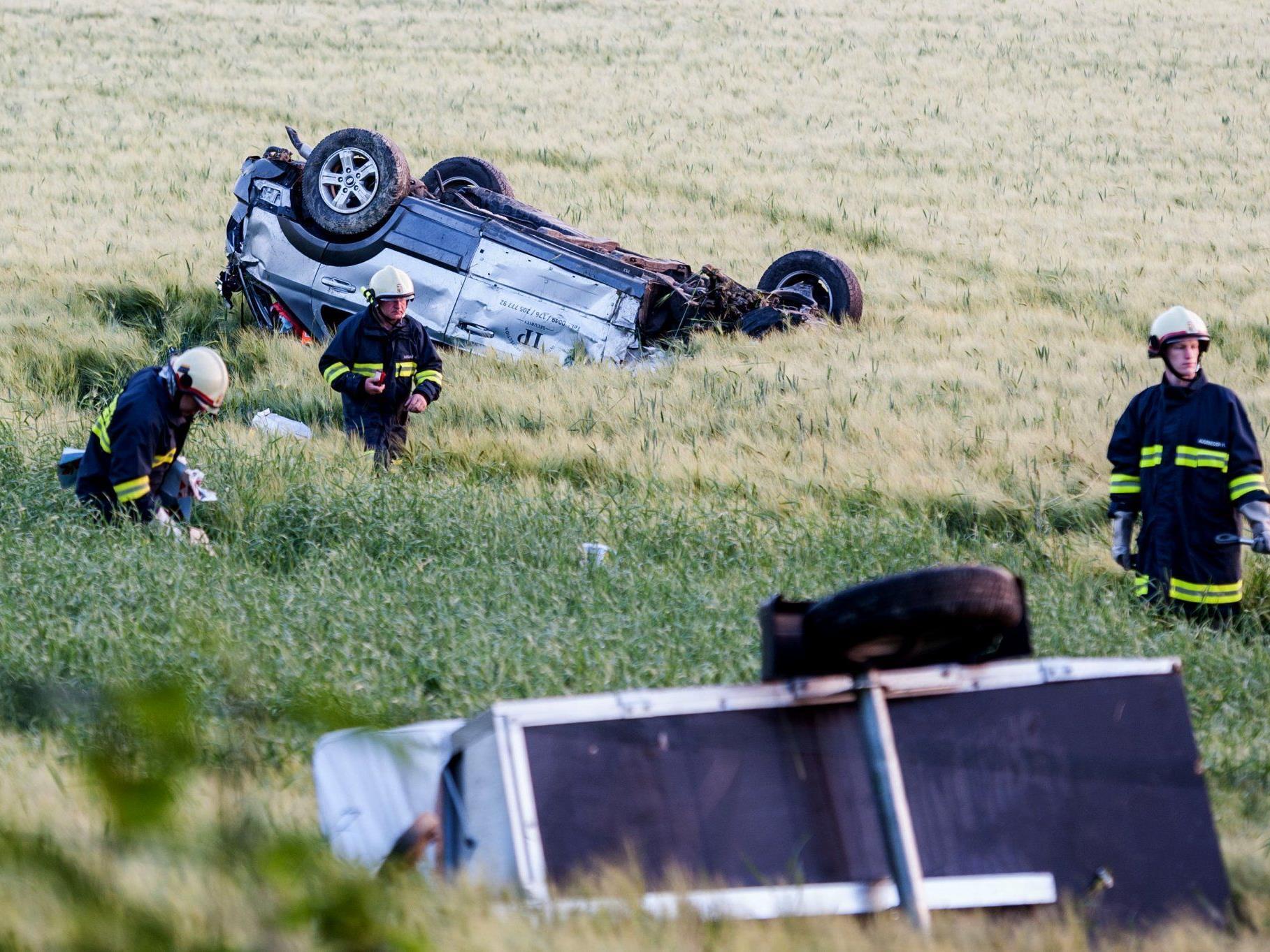 Der Geländewagen überschlug sich mehrmals und blieb nach etwa 60 Metern auf dem Dach liegen.