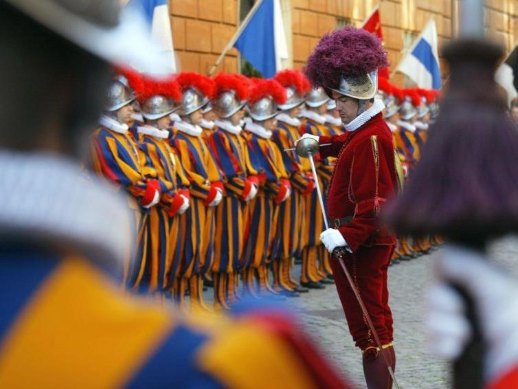 Die Leibgarde von Papst Benedikt XVI. erhält Rüstungen aus Oberösterreich