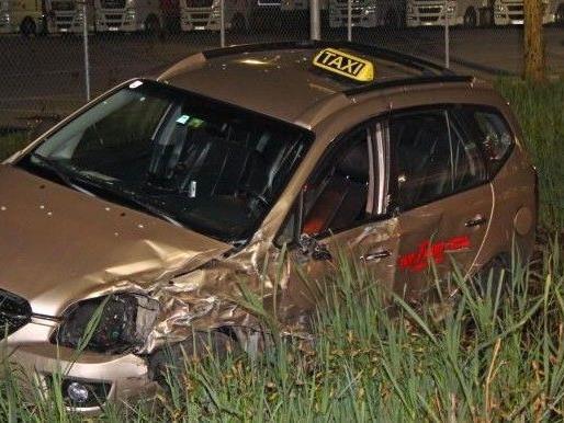Am Montag kollidierten das Taxi und ein BMW in Hard