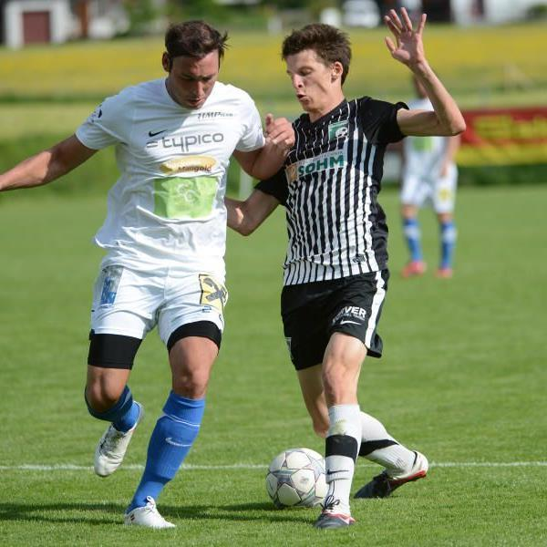 FC Alberschwende gewinnt gegen Leader Lochau trotz Unterzahl mit 2:0.