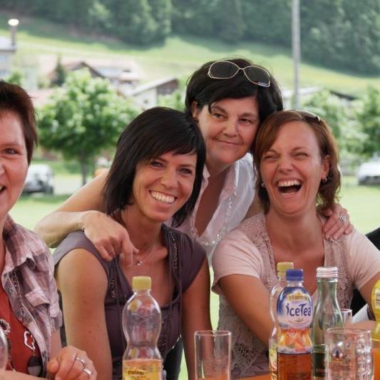 Viele Besucher bei der Einweihung des neuen Klubheimes in Riefensberg.