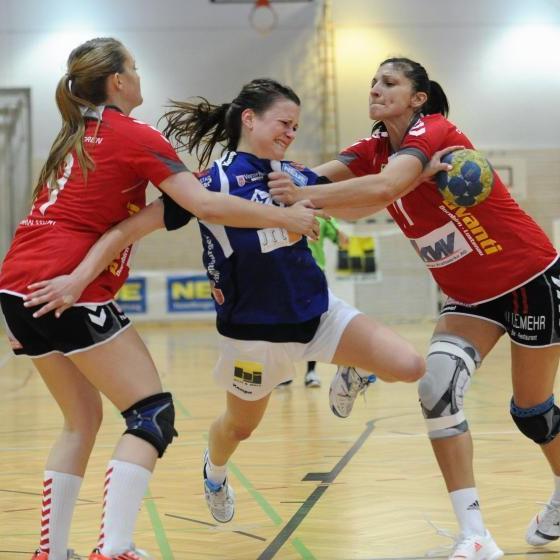 Packende Duelle im Damenhandball-Derby Feldkirch und Dornbirn in der Reichenfeldhalle.