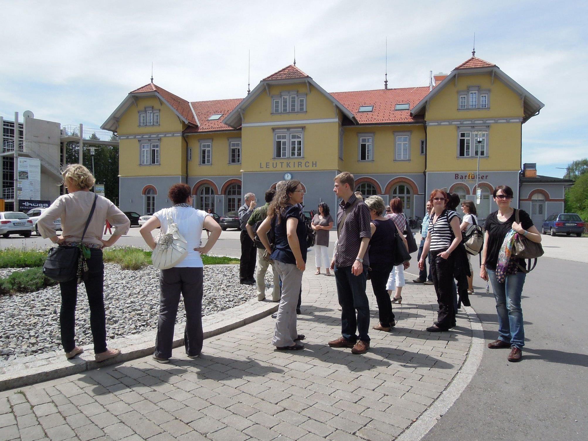 Die VHS-Mitarbeiter vor dem Bürgerbahnhof in Leutkirch.