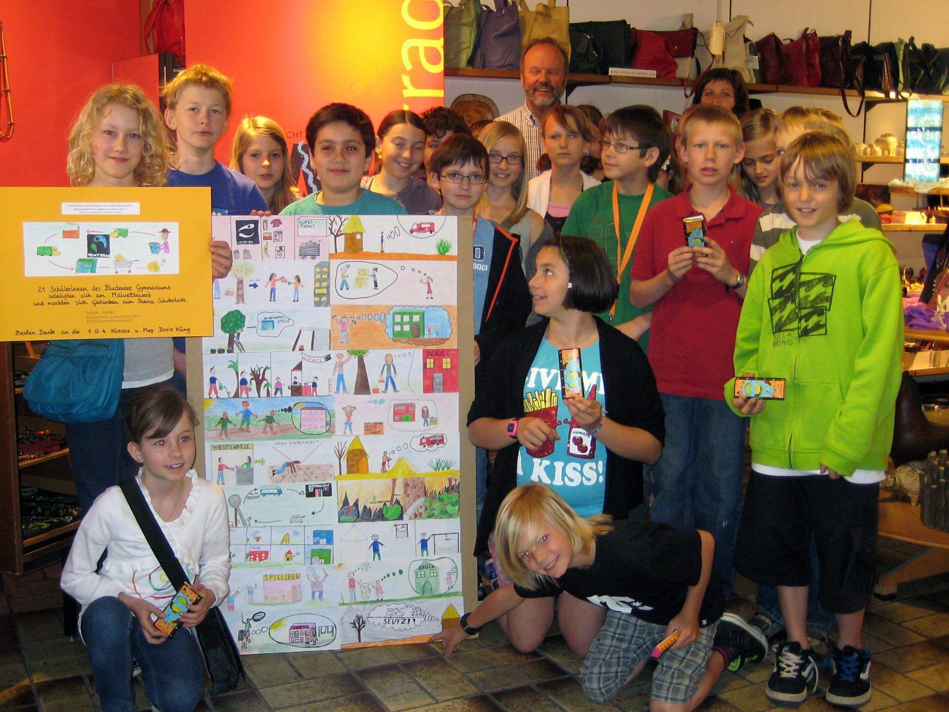 Die Schüler und Schülerinnen der Klasse 1G4 erkundeten bei der Preisverteilung den Weltladen Bludenz.