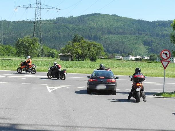 Das Linksabbiegen aus dem Werkstatt-Parkplatz  dieser Motorradfahrer ist seit 11. Juni 2012 verboten