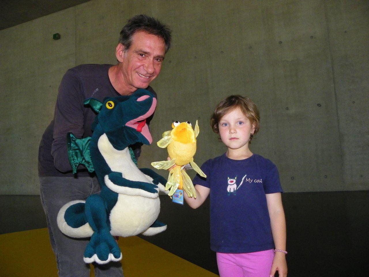 Gloria erkundete das Kunsthaus gemeinsam mit dem  Goldfisch und dem Kunstdrachen