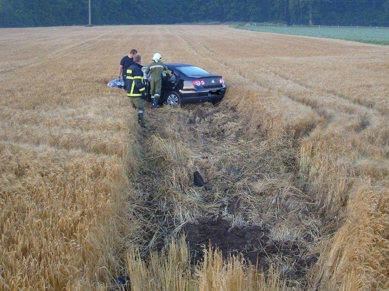 Der Pkw-Lenker schleuderte aus dem Kreisverkehr in das angrenzende Feld.