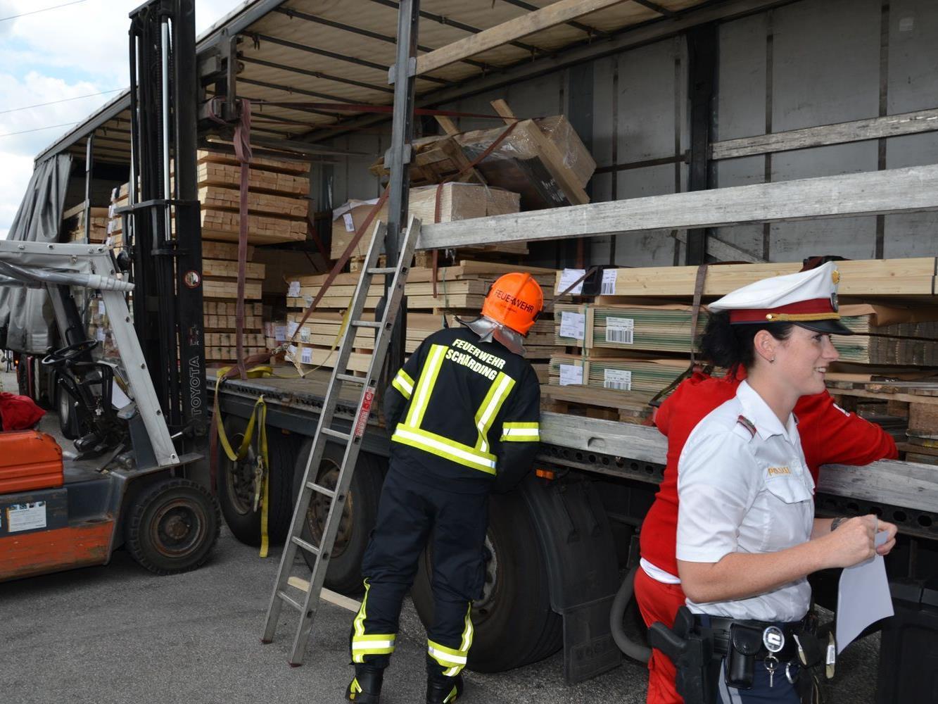 Der Arbeiter wurde unter einer herabstürzenden Holzpalette eingeklemmt.