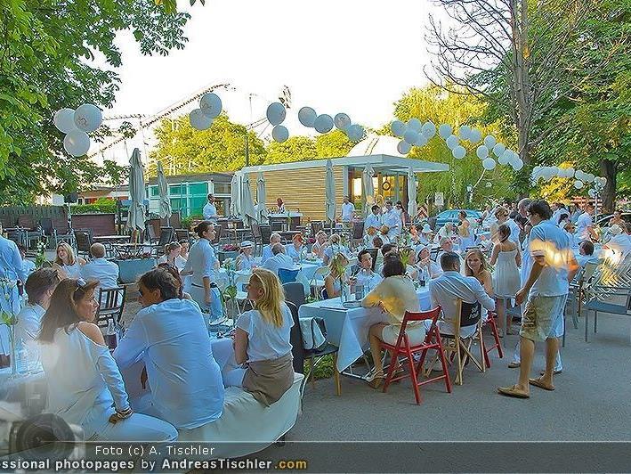 Mehr als 200 Menschen ließen es sich beim Diner en Blanc schmecken.