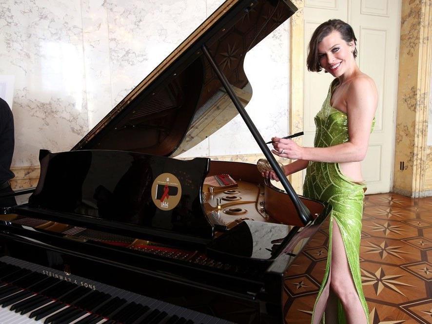 Milla Jovovich hat neben anderen Prominenten unterschrieben.