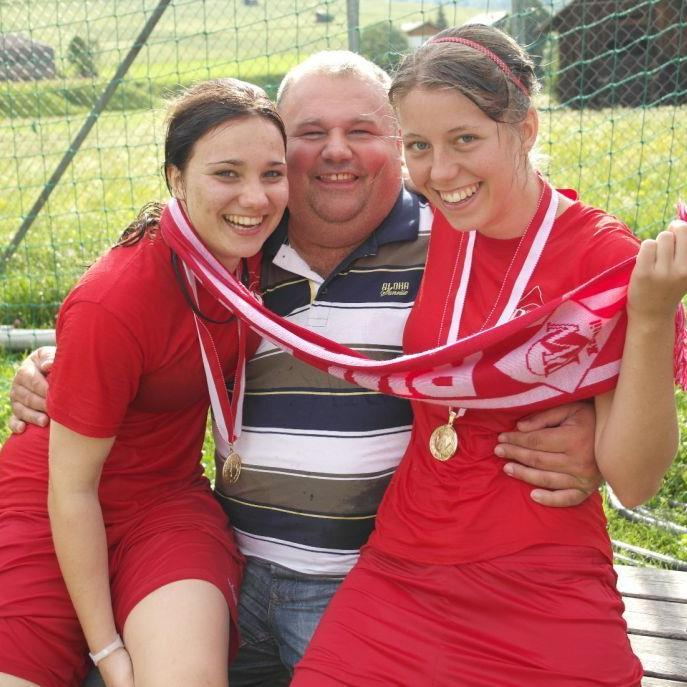Rankweil-Präsident Mladen Galovic freut sich mit zwei Spielerinnen über das Double.
