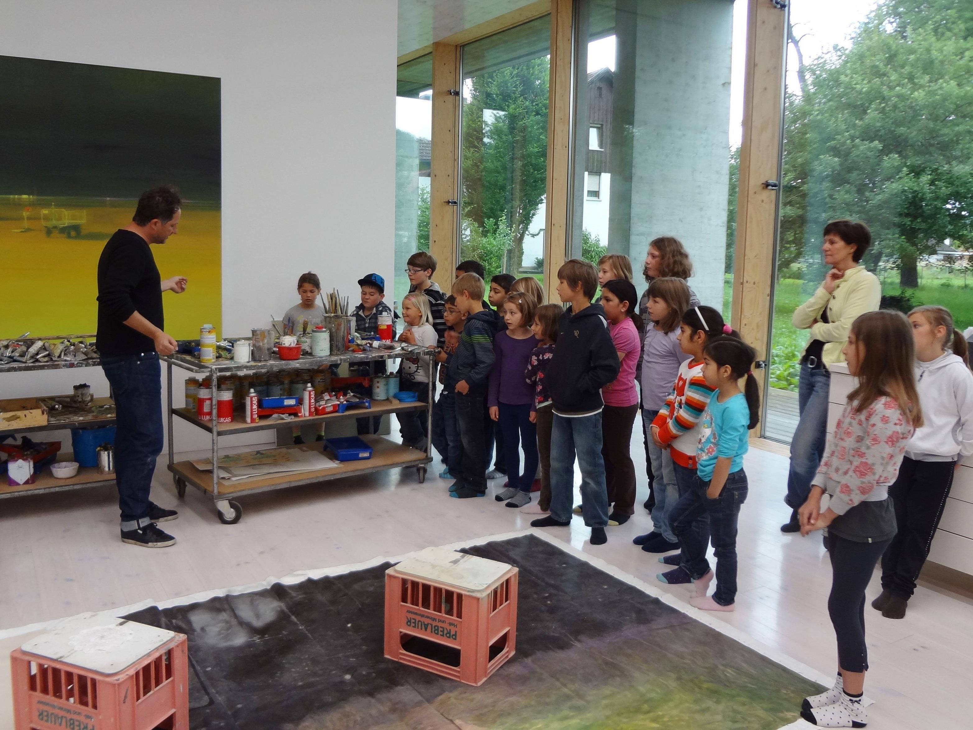 Die Schüler der VS Gütle besuchten das Atelier von Ingmar Alge in Höchst.