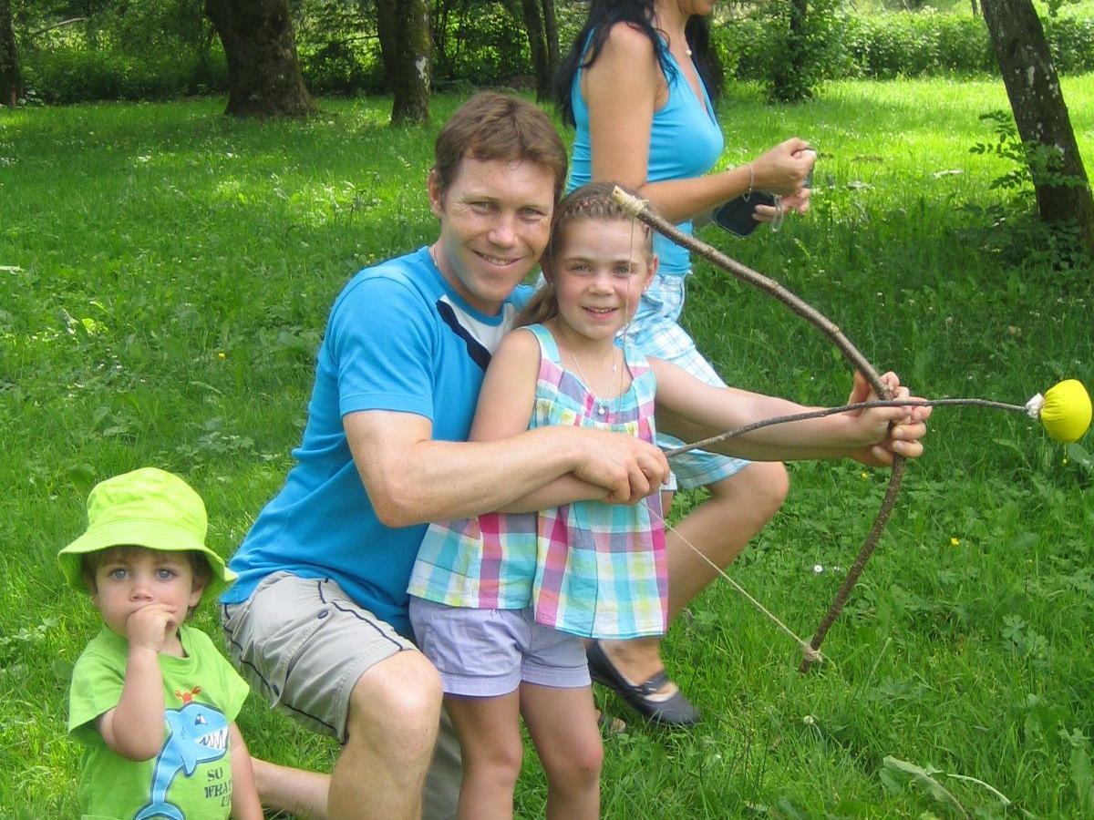 Chiara erkundet mit ihrer Familie die einzelnen Spielstationen