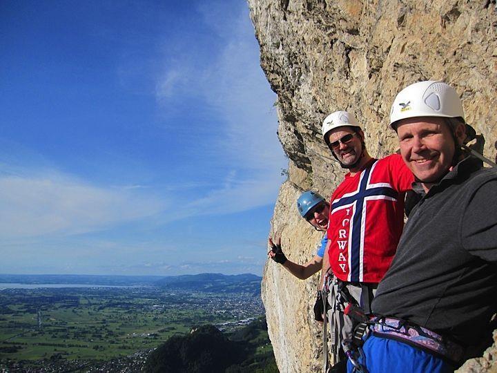 Karianne, Will und Rick gingen zum ersten Mal auf die Via Ferrata und genossen es in höchsten Zügen