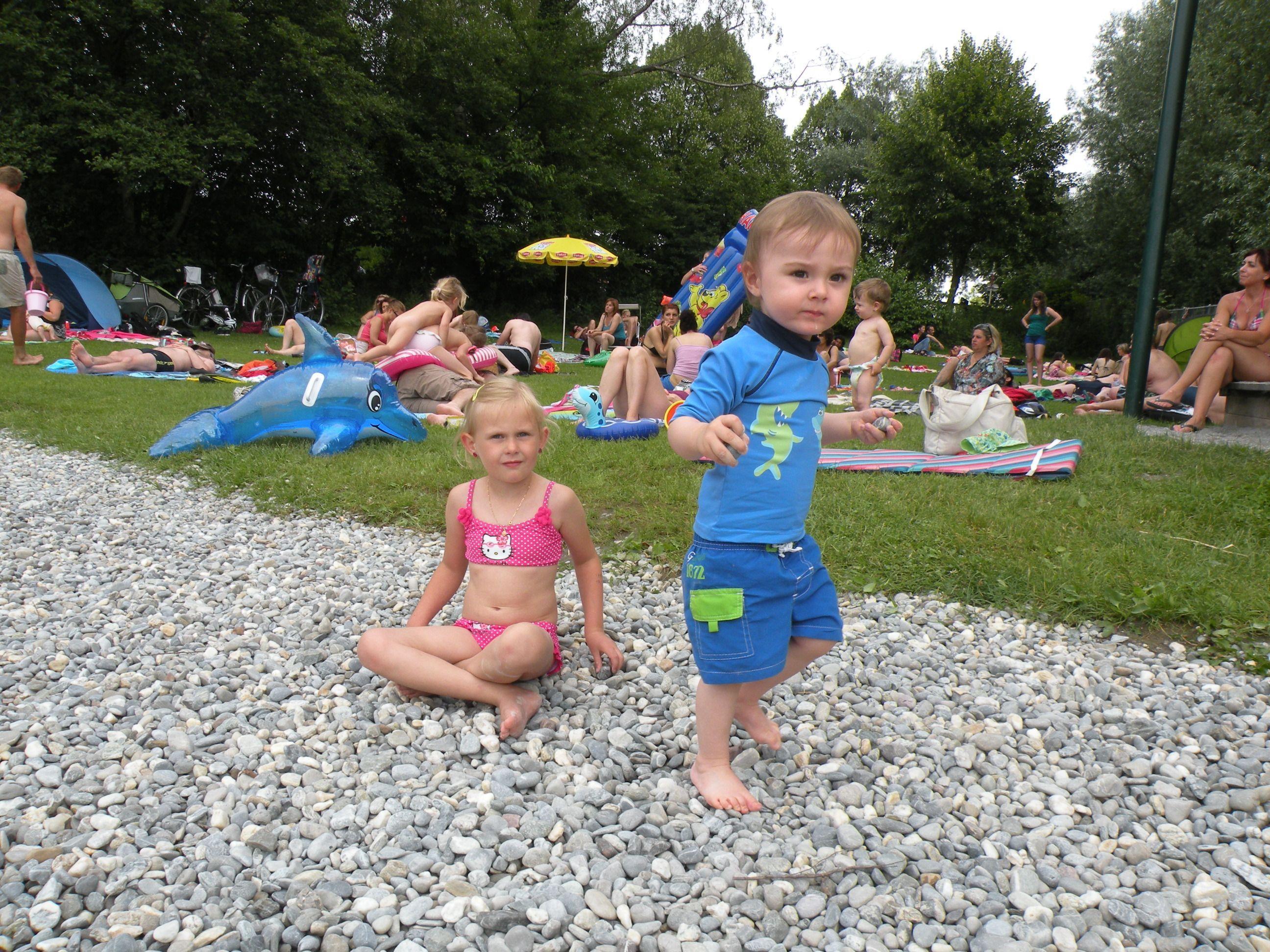 Nina und Florian am Ufer des Brugger Lochs.